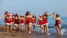 Noel anneler maskeleriyle sahile indi