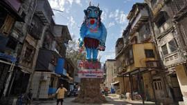 Hindistan'da koronavirüsü karşı kukla yakıldı