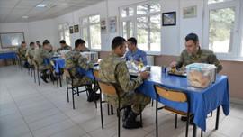 Kışla yemekhanelerine 'aralıklı oturma' düzeni
