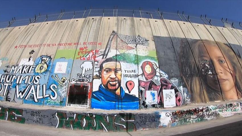 Floyd'un resmi Batı Şeria'daki Ayrım Duvarı'nda