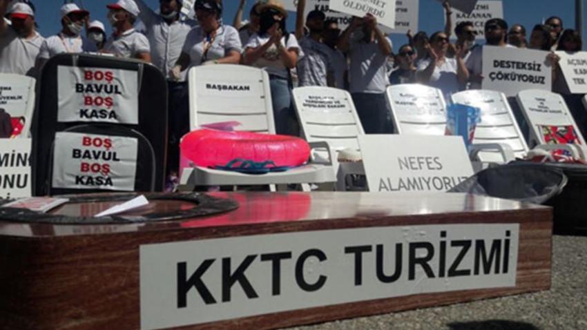 KKTC'de turizmcilerden tabutlu şezlonglu eylem