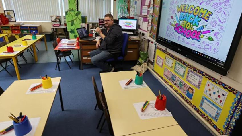 İngiltere'de okullar yeniden kapılarını açtı