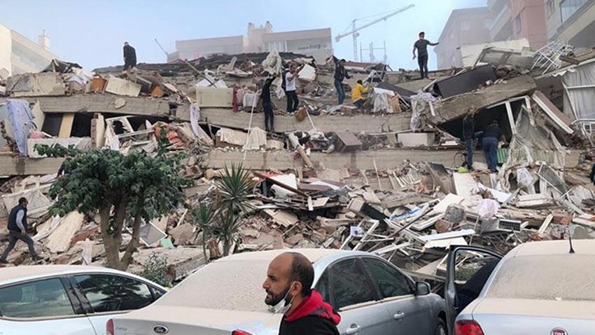 İzmir depreminde 12 ölü 522 yaralı! Yıkımlarda aramalar devam ediyor