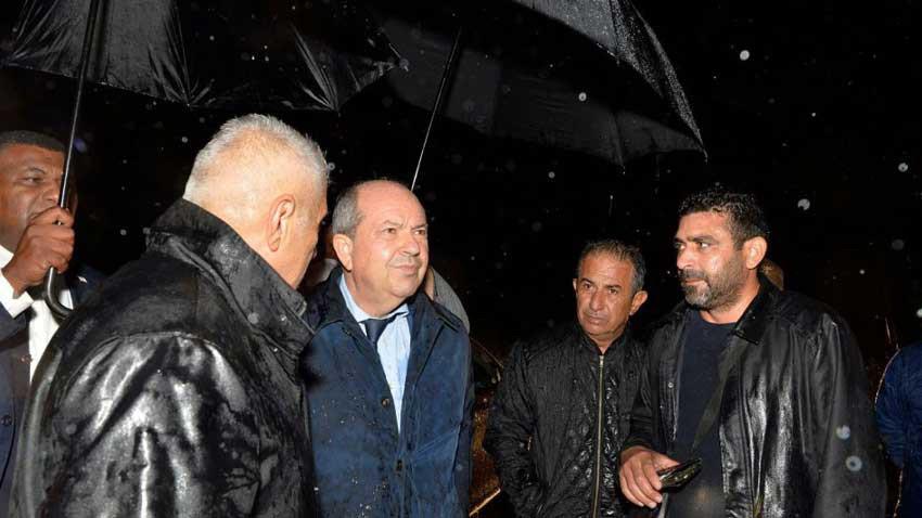 Cumhurbaşkanı Tatar Girne'deki hortumun vurduğu yerde incelemelerde