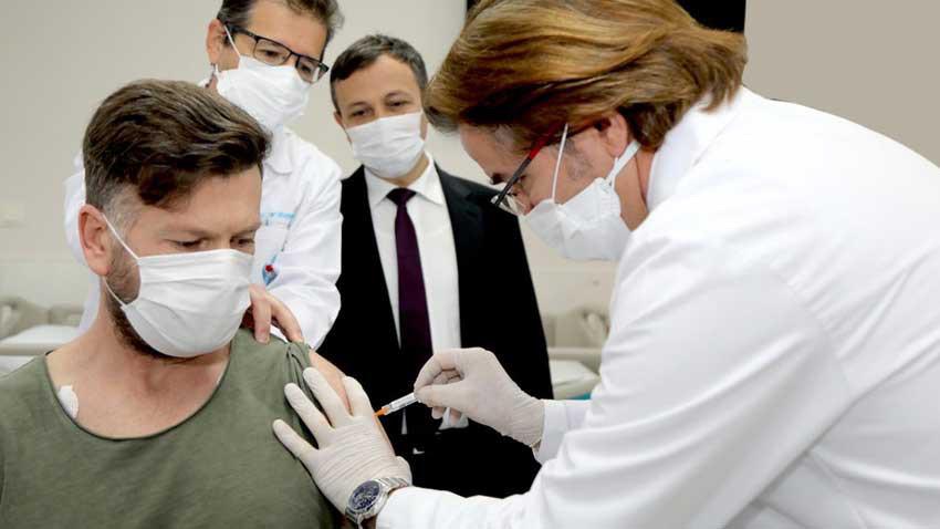 Koronavirüs aşısını yakınlarına yapan sağlıkçılara soruşturma açıldı