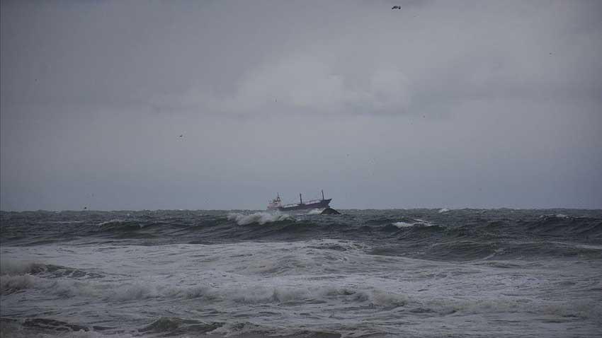 Fırtınada gemi ikiye bölündü! Denizde can pazarı yaşandı...