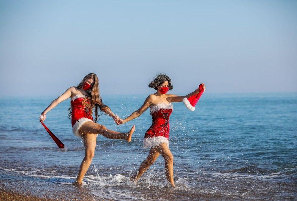 Noel anneler maskeleriyle sahile indi! 2021'e maskeli karşılama - Sayfa 1